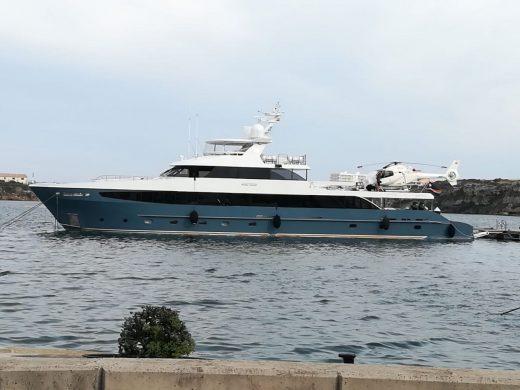 El helicóptero en la cubierta del barca ha llamado la atención en el puerto. (Foto: Tolo Mercadal)
