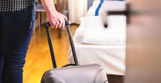 Turista llegando a un hotel.