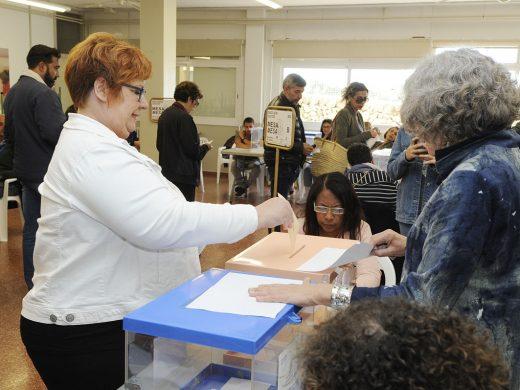 Los candidatos votan y llaman a la participación