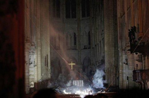 Las llamas han destruido dos tercios de la cubierta de la catedral parisina. (Foto: Mallorcadiario)