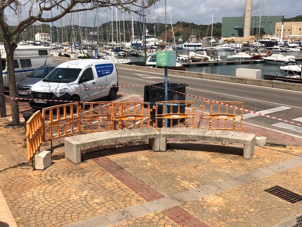 Imagen de cómo ha quedado uno de los asientos públicos (Fotos: Tolo Mercadal)