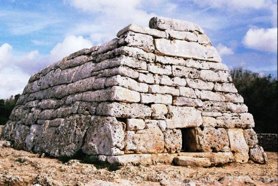 La Naveta des Tudons es el primer monumento que recomiendan visitar