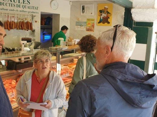 (Fotos) El grupo de voluntariado lingüístico de Ciutadella recorre el Mercado