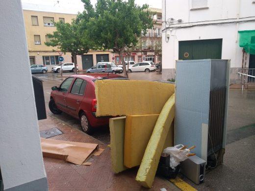 Imagen de los trastos junto al contenedor (Foto: Xus Beltrán)