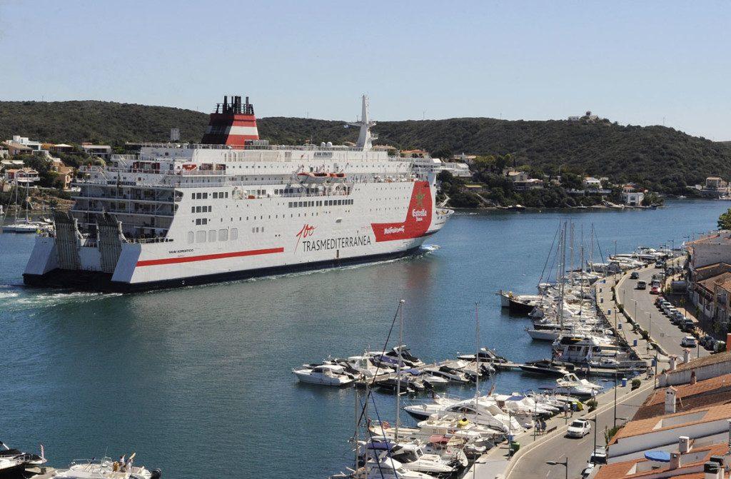 Barco de Trasmediterránea  en el puerto de Maó (Foto: Tolo Mercadal)