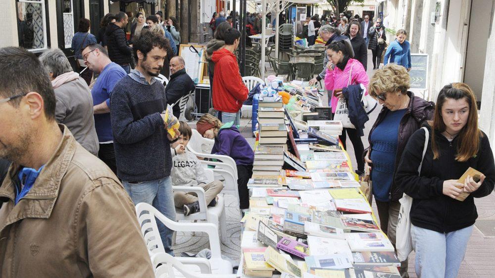 La lluvia ha dejado espacio para el sol y los libros en Maó (Fotos: Tolo Mercadal)
