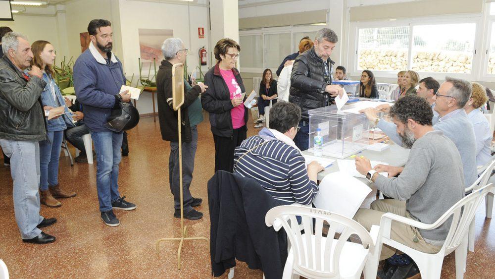 Gente votando en un colegio electoral de Maó (Foto: Tolo Mercadal)