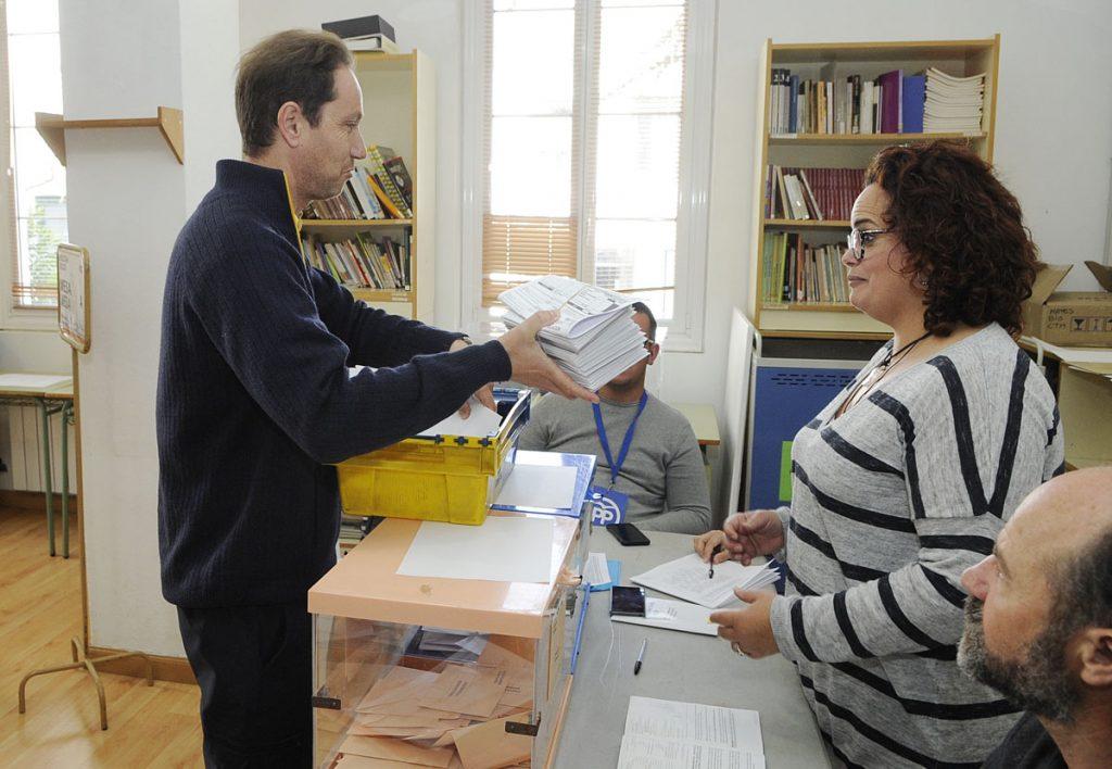 Voto por correo en un colegio electoral de Maó (Foto: Tolo Mercadal)