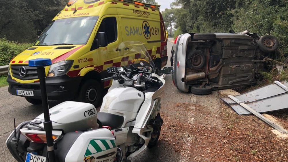 Imagen del vehículo volcado (Fotos: Tolo Mercadal)
