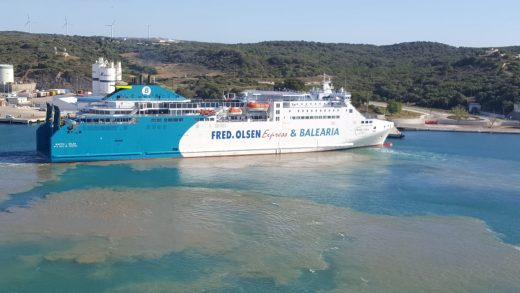 A las 9.30 h de esta mañana el barco de Baleària atracaba en el puerto de Maó