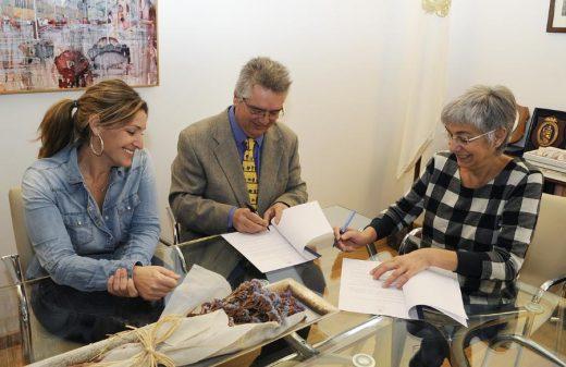 Jordi Ribera, representante de este diario digita, la alcaldesa de Maó. Conxa Juanola, y la gerente del teatro, Àngela Vallés