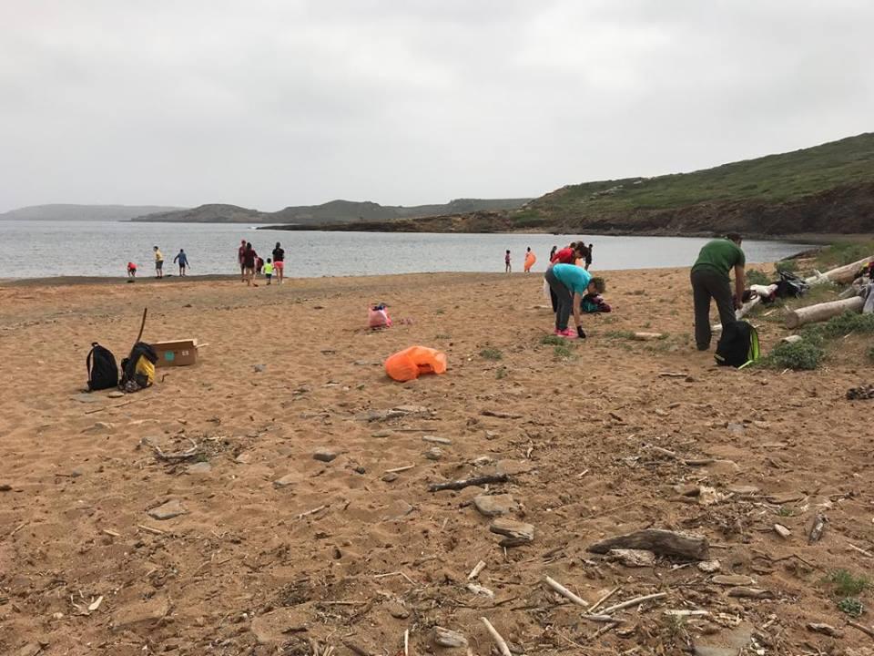 Imagen de la anterior campaña de limpieza de los Escoltes de Menorca en Cala Mica