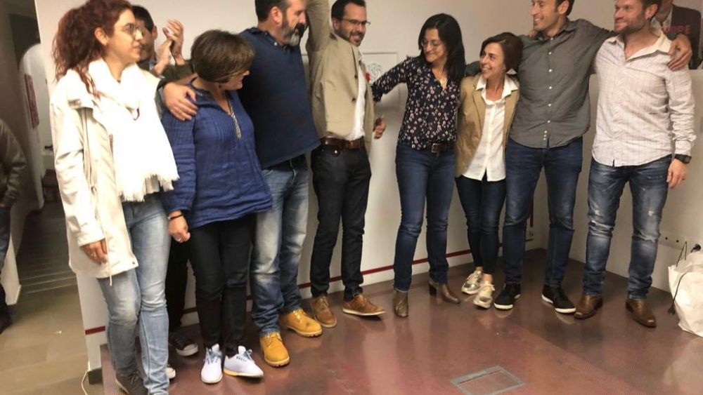 El socialista Héctor Pons rodeado de sus compañeros de candidatura