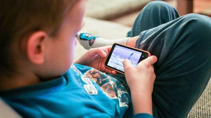La solución consiste en controlar más el tiempo que pasan los niños en tareas de visión próxima