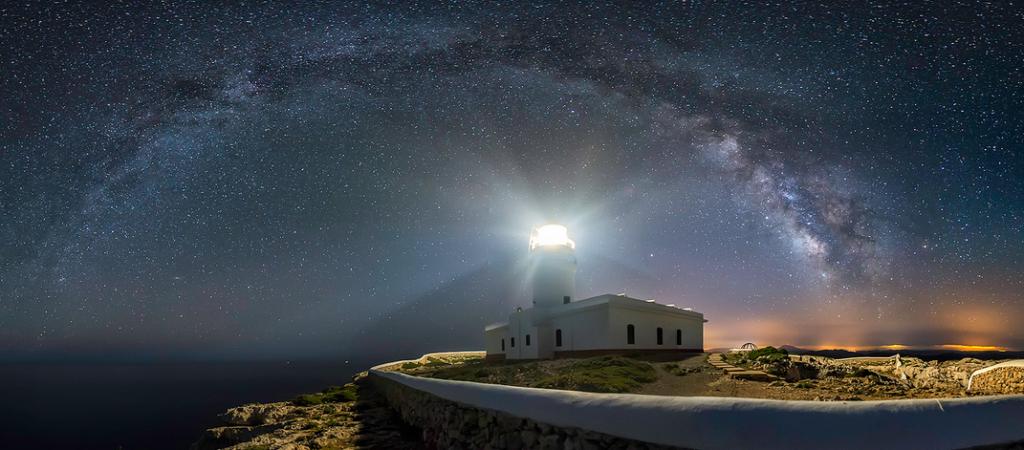 Cielo estrellado en el Far de Cavalleria (Foto: Menorca Reserva Biosfera)