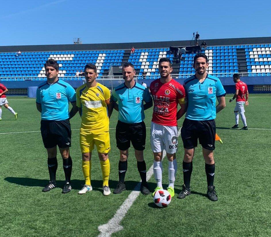 Capitanes, con el trío arbitral (Foto: CD Ibiza)