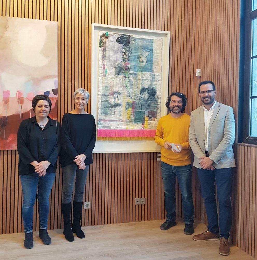 El ganador, junto a su obra en el Ajuntament (Foto: Aj Maó)