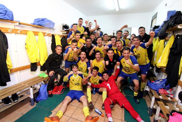 Celebración del título en el vestuario (Fotos: deportesmenorca.com)