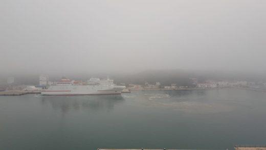 Puerto de Maó cubierto de niebla (Foto: Juan Valdelvira)