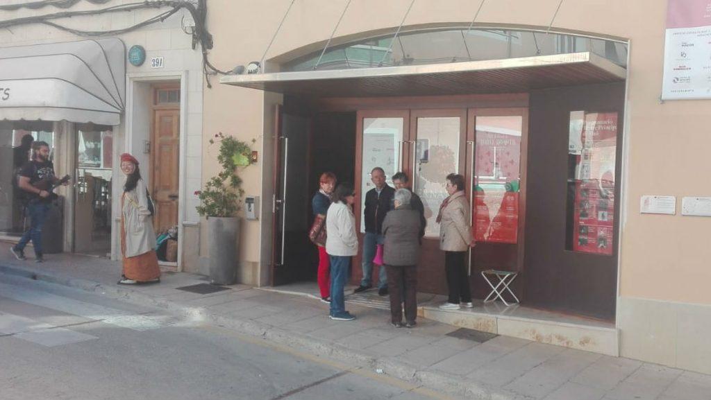 Aficionados a la ópera, a las puertas del Principal desde primera hora.