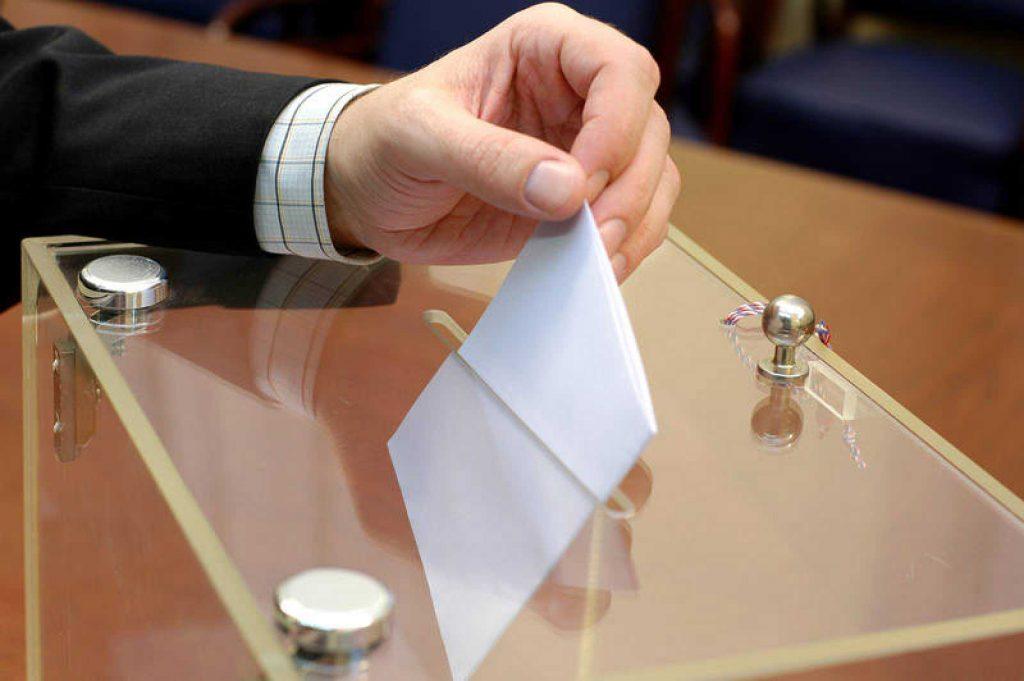Un hombre votando.