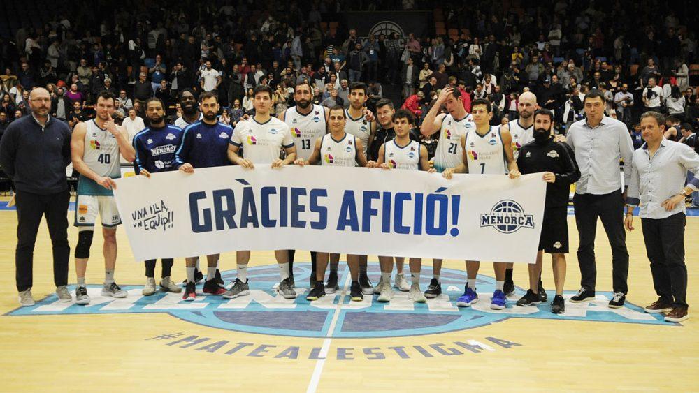 Los jugadores, con una pancarta agradeciendo el apoyo de la afición (Fotos: Tolo Mercadal)