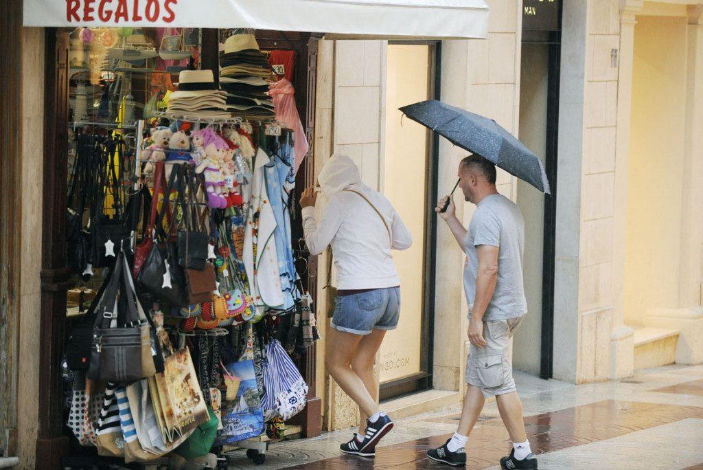 Gente con paraguas en Maó (Foto: Tolo Mercadal)