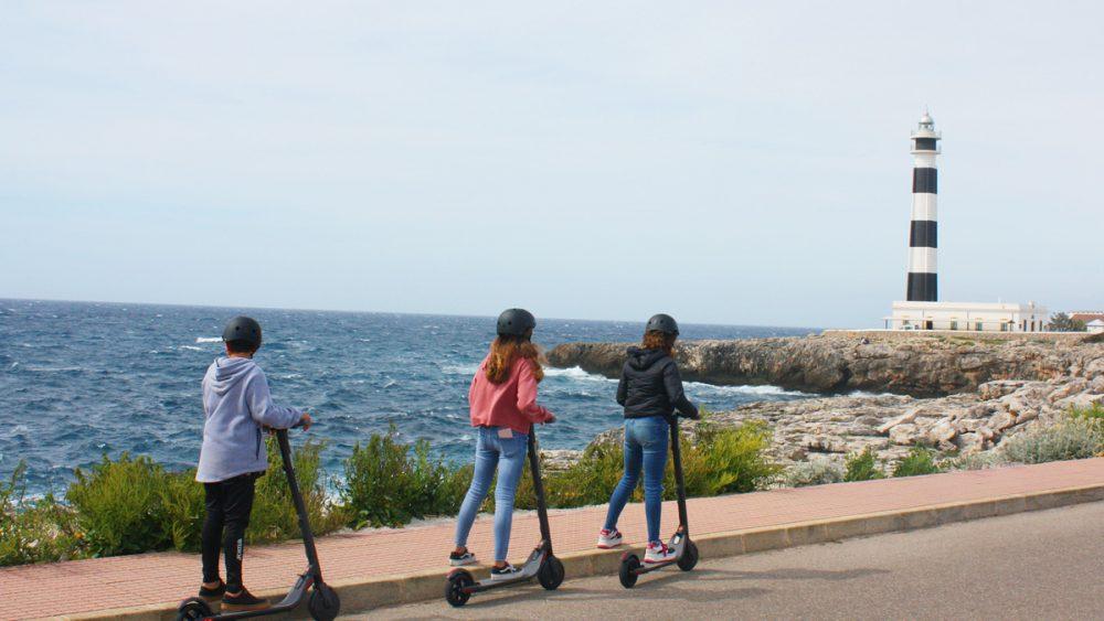 Jóvenes probando el patinete eléctrico en Cala'n Bosch.