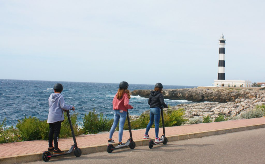 Jóvenes circulando en patinete eléctrico