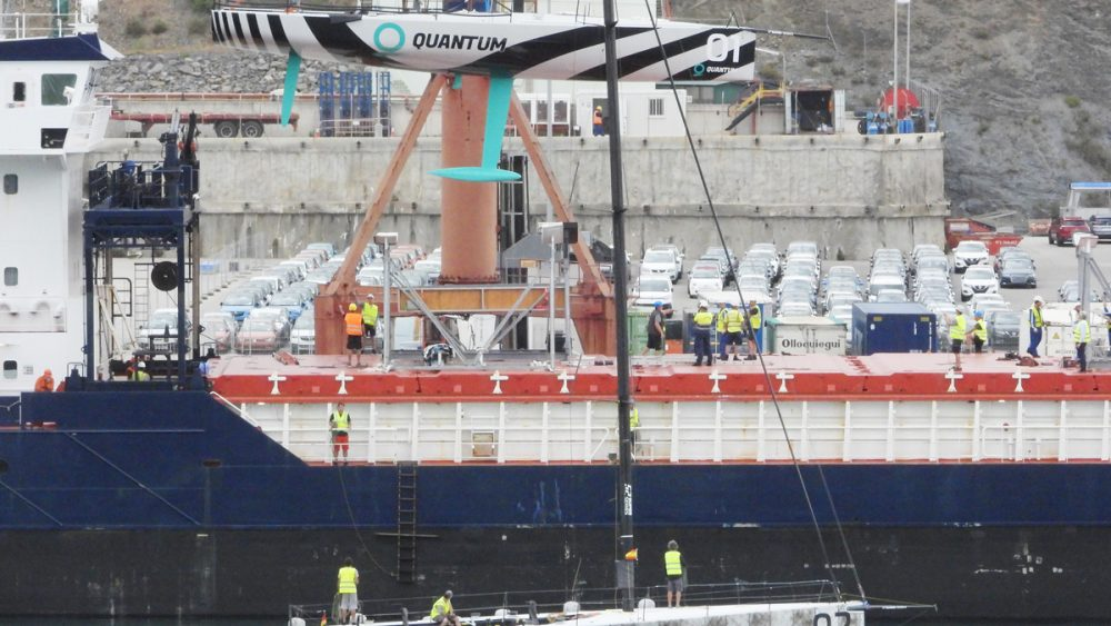 """El """"Harun"""", cargando los veleros (Fotos: Tolo Mercadal)"""