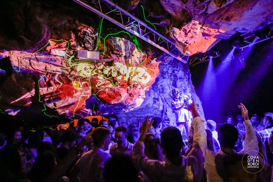 Imagen de una fiesta en la Cova d'en Xoroi (Foto: Cova d'en Xoroi)