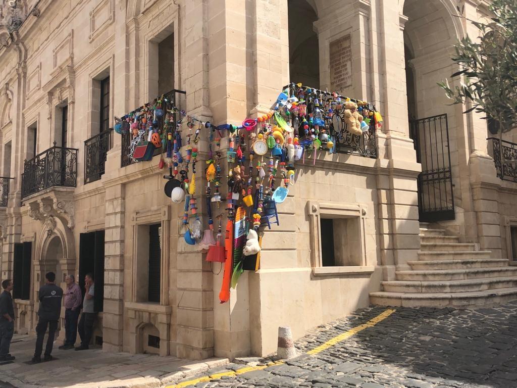 Imagen del montaje artístico que ha elaborado Toni Riera con objetos reciclados en la fachada del Ayuntamiento