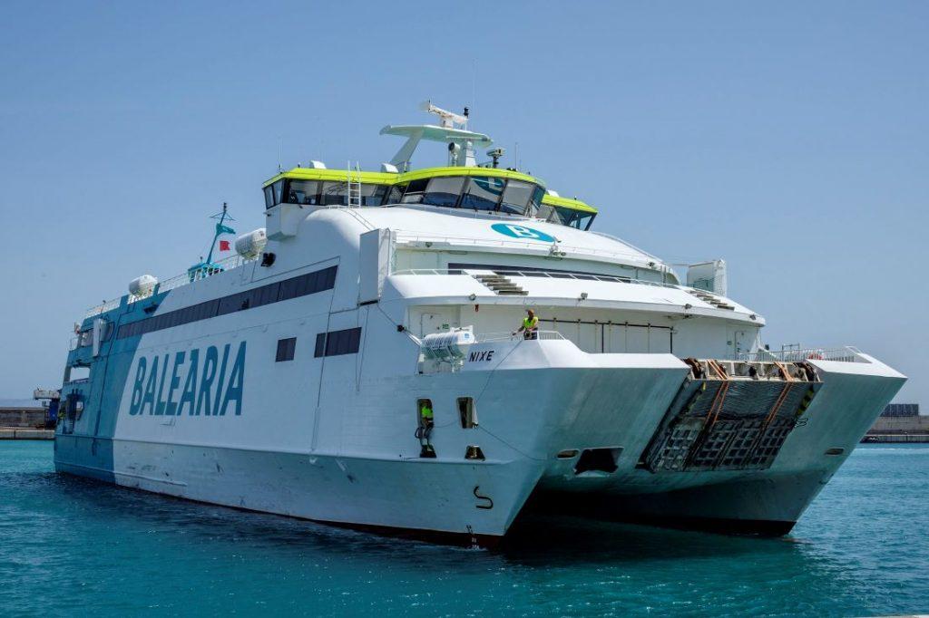 Aún quedan algunas plazas, pocas, en los barcos de Balearia que hacen la ruta Mallorca-Menorca por Sant Joan