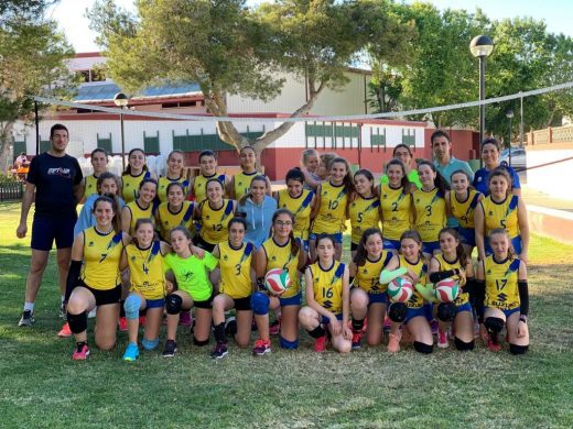 El Club Voleibol Alaior, estrenando la nueva red (Foto: Ajuntament d'Alaior)