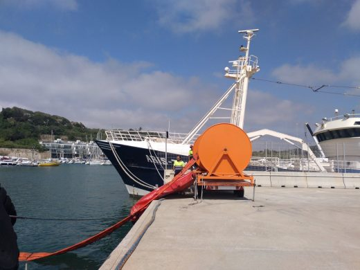 (Fotos) Simulan un derrame accidental de gasolina en el puerto de Maó