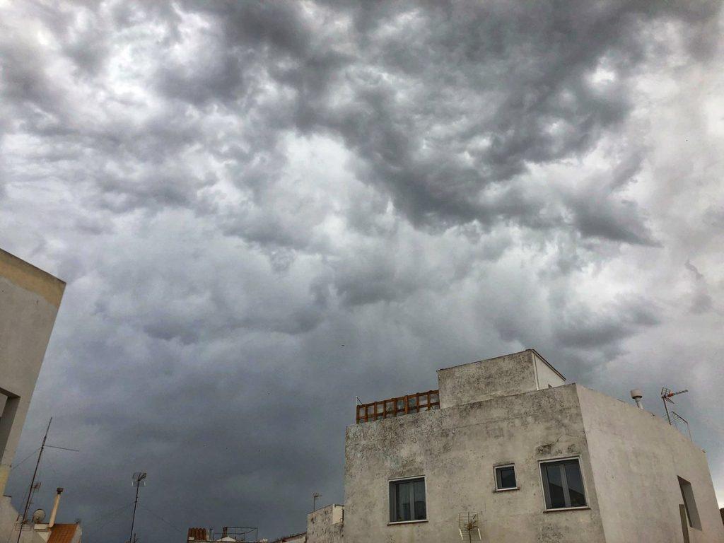 Cielo tapado en Maó (Foto: Xavi Pons Cladera)