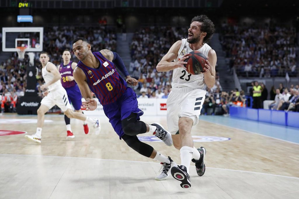 Falta de Hanga sobre Llull (Foto: Real Madrid)