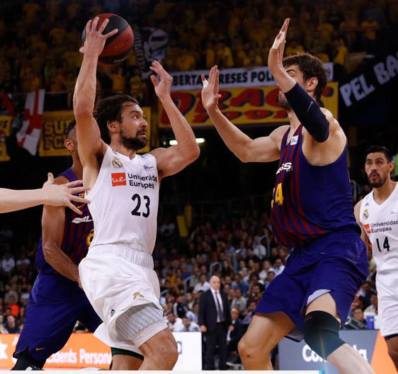 Llull asiste frente a Tomic (Foto: Real Madrid)