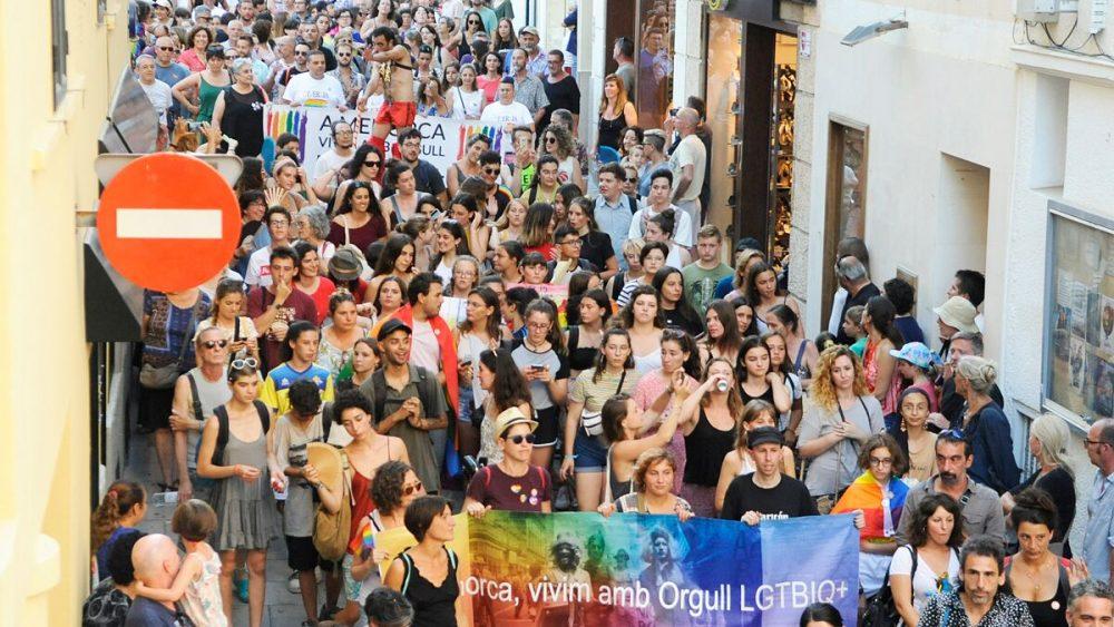 Imagen del desfile por las calles de Maó (Fotos y vídeo: Tolo Mercadal)