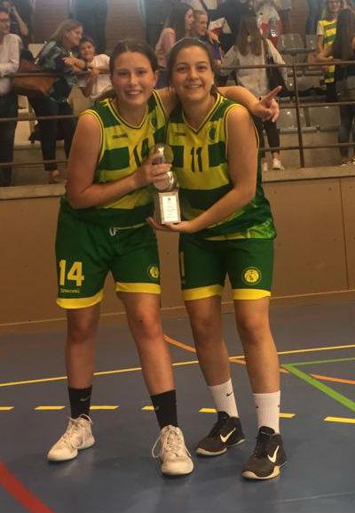 Las dos menorquinas, con el trofeo (Foto: Tòbal Oliver)