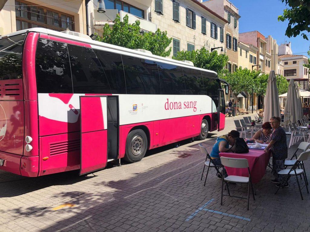 Imagen del autobús en el carrer de Ses Moreres (Foto: Tolo Mercadal)