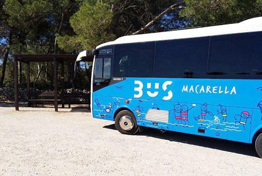 Nuevo autobús y nueva marquesina en Macarella.