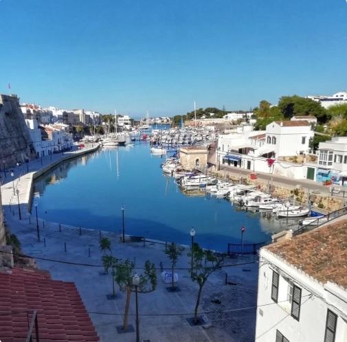 El puerto de Ciutadella en la fotografía de @BepGomila