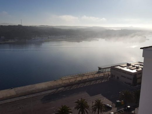 (Fotos) La niebla retrasa la entrada del barco en el puerto de Maó