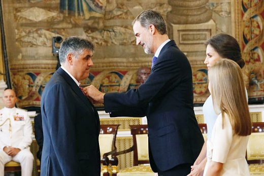 Xisco Isbert, en el momento de ser condecorado (Foto: Casa Real)