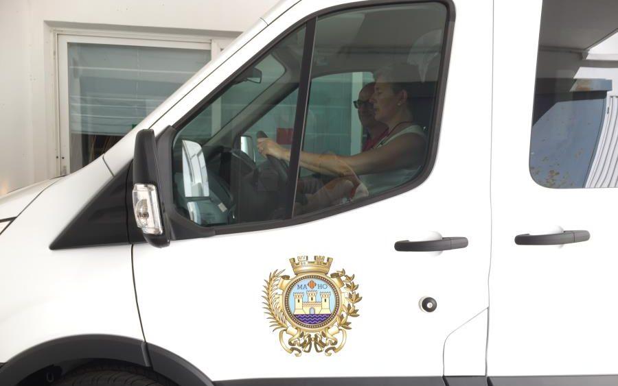 Imagen de la nueva furgoneta (Fotos: Ajuntament de Maó)