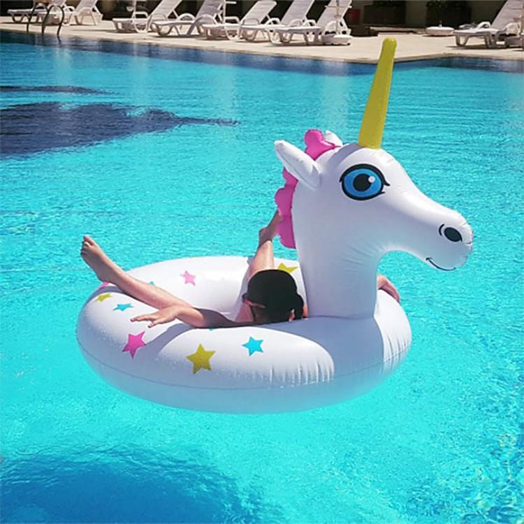 Una niña en un flotador.