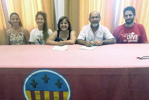 Acto de la firma del convenio entre el Ayuntamiento de Sant Lluís y el GOB