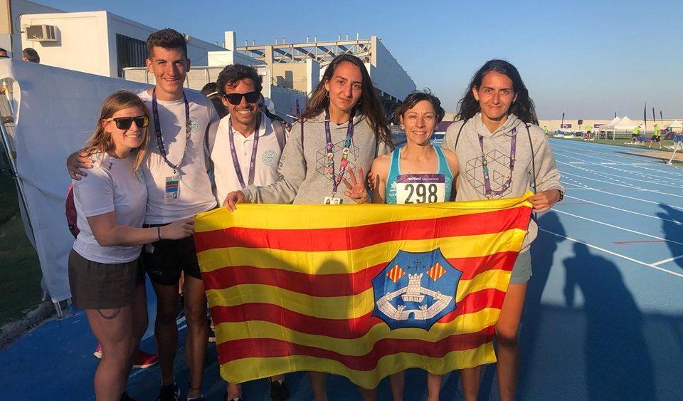 Lita López, con la medalla y los atletas de Menorca.