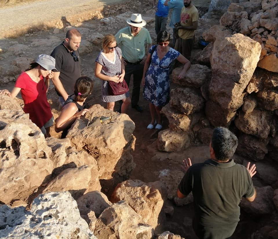 Imagen de una visita al poblado de Ciutadella (Foto: Menorca talayótica)37659893760_n